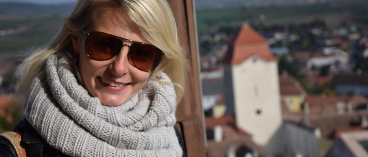 Eva-Maria Flucher mit Schal am Aussichtsturm